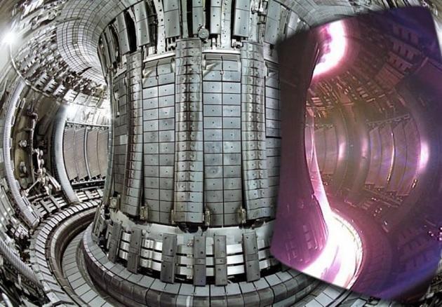 """Il solenoide (al centro) e l'anello dove il plasma viene """"confinato"""", ossia tenuto in sospensione dagli enormi campi magnetici per evitare che entri in contatto con le pareti del reattore."""