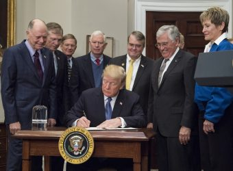 "Rappresentanti del Congresso e del National Space Council si sono uniti al presidente Donald J. Trump, all'astronauta Apollo Schmidt e all'attuale astronauta della NASA Peggy Whitson lunedì 11 dicembre 2017, alla Casa Bianca, per la firma del presidente della ""Space"