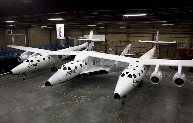 Lo SpaceShipTwo è un sistema per portare a 17.000 metri l'aereo-razzo VSS Unity (posizionato al centro), che compie voli suborbitali a 100 km di quota.|Virgin Galactic
