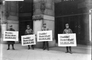 1° aprile 1933: membri delle cosiddette Squadre d'Assalto (il primo gruppo paramilitare della Germania nazista) aderiscono all'iniziativa della rivista antisemita Der Stürmer e invitano al boicottaggio di tutte le attività economiche tedesche gestite da ebrei.