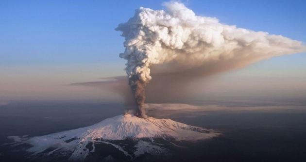 L'Etna emette una enorme quantità di vapore acqueo e altri gas: c'è un'apparente anomalia tra la quantità di gas e quella di lave, molto inferiore a ciò che dovrebbe essere.