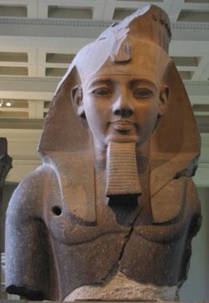 """Il faraone Ramses II (II millenio) fece un grande lavoro di autopromozione: fece incidere nel suo tempio funerario (il Ramesseum), nei templi di Karnak, Luxor e Abu Simbel, un resoconto della battaglia di Quadesh descrivendola come un successo personale. In realtà la battaglia finì con un """"pareggio"""", senza vincitori."""