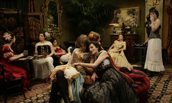Un bordello di lusso di Parigi dell 1871 ricostruito nella serie tv francese Maison close - La casa del piacere .