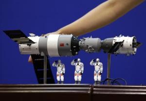 Un modellino della stazione orbitante Tiangong-1 completo di navicella attraccata e di tre astronauti.| JASON LEE