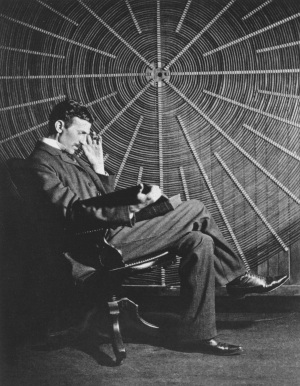 Nikola Tesla nel suo laboratorio di New York.| WIKIMEDIA COMMONS