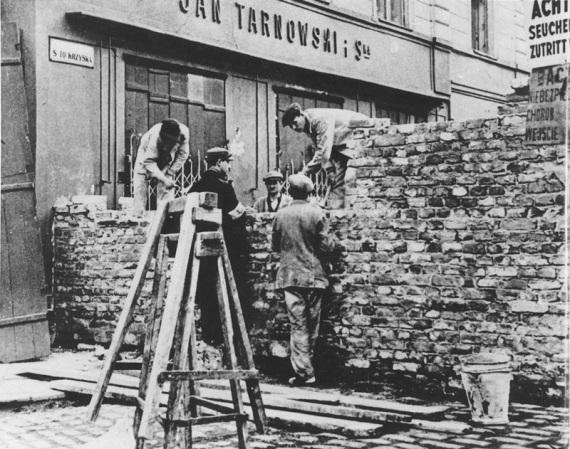 Varsavia: nell'agosto del 1940 ebbe inizio la costruzione del muro che separò il ghetto dal resto della città.