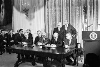 Firma del Trattato sullo spazio extra-atmosferico, 27 gennaio 1967.