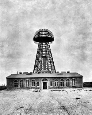 La torre costruita a Wardenclyffe (New York) da Tesla: alta 60 metri, generava impulsi elettrici che distribuiva dall'alto. La finanziò il banchiere J. P. Morgan.