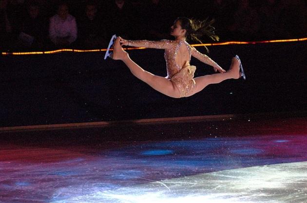 La pattinatrice americana Alexandra Pauline Cohen si esibisce in uno spettacolare split jump.|WIKIMEDIA COMMONS