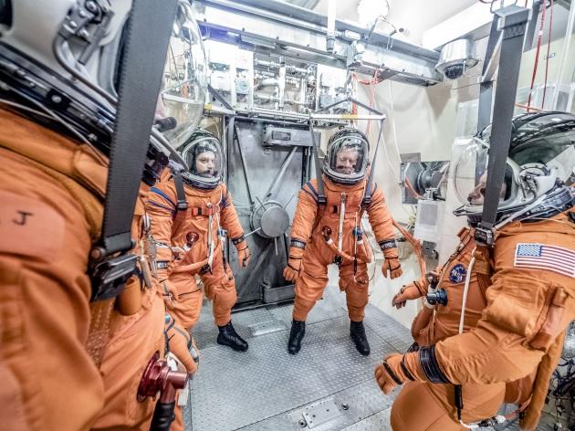 I test delle tute spaziali che saranno usate sulla capsula Orion: in questo caso, le tute sono state attaccate ai sistemi di supporto vitale e l'aria della stanza è stata rimossa, per simulare condizioni di depressurizzazione nello Spazio.|NASA / RADISLAV SINYAK