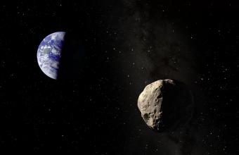 L'illustrazione di un artista dell'asteroide Apophis vicino alla Terra. L'asteroide passerà molto vicino alla Terra nel 2029, e poi di nuovo nel 2036, ma non rappresenta alcuna minaccia per il nostro pianeta. Crediti: Dan Durda – Fiaaa