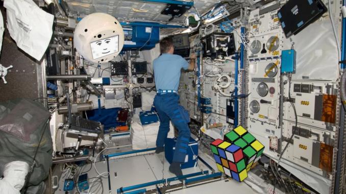 Tondo e con la faccia simpatica è cimon il nuovo astronauta
