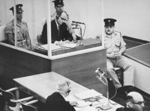 Adolf Eichmann durante il processo, nel 1961. | Wikimedia Commons