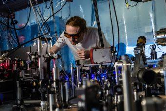 Il complesso sistema di laser necessario per raffreddare il gas di stronzio a temperature vicine allo zero assoluto. Crediti: Jeff Fitlow/Rice University