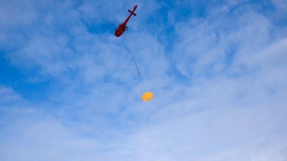 Il prototipo di modulo marziano che trasporterà il rover sul Pianeta Rosso. Qui, appeso all'elicottero poco prima di essere sganciato. | ESA/I.Barel