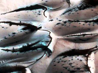 Fotografata acqua, sotto forma di ghiaccio, su Marte