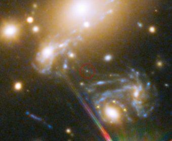 Particolare del gigantesco ammasso di galassie MACS J1149.5+223, con evidenziata la posizione in cui è apparsa la stella LS1, la cui immagini risulta ingrandita 2000 volte da un duplice effetto di lente e di micro-lente gravitazionale. La galassia in cui risiede la stella è visibile ripetuta tre volte a causa della forte distorsione indotta alla luce dall'ammasso di galassie. Crediti: NASA, ESA, S. Rodney (John Hopkins University, USA) e FrontierSN team; T. Treu (University of California Los Angeles, USA), P. Kelly (University of California Berkeley, USA) e GLASS team; J. Lotz (STScI) e Frontier Fields team; M. Postman (STScI) e CLASH team; e Z. Levay (STScI)