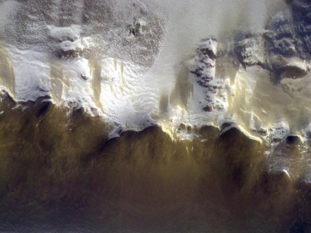 Marte, 15 aprile 2018: il cratere Korolev ripreso dallo strumento CaSSIS di ExoMars. L'immagine, che ha una risoluzione di 5,08 metri per pixel e copre una lunghezza di 50 chilometri sulla superficie di Marte, è il risultato della composizione di tre differenti riprese in colori differenti ottenute quasi simultaneamente. Vedi: l'immagine intera (9.948 x 2.412 pixel, 3,1 MB).|ESA/Roscosmos/CaSSIS
