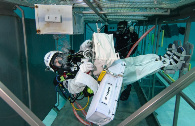 matthias_maurer_at_esa_s_neutral_buoyancy_facility