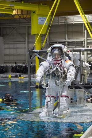L'astronauta Matthias Maurer nelle fasi che precedono una passeggiata spaziale simulata, nel Neutral Buouancy Facility di Colonia. | Esa