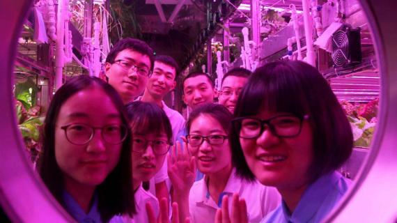 """Alcuni degli studenti che si sono alternati nella """"base lunare"""" cinese, vicino a Pechino, in turni di un centinaio di giorni."""