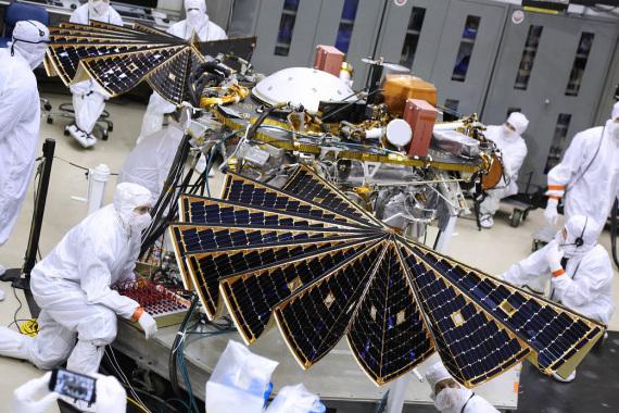 I pannelli solari in fase di lavorazione. Dovrebbero permettere alla sonda di lavorare per almeno un paio di anni terrestri (circa un anno marziano) | NASA