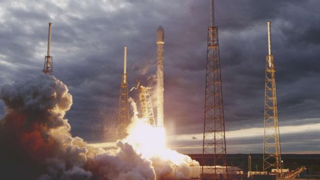 La partenza di un Falcon 9. La dipendenza dalla Russia per condurre gli astronauti in orbita costa alla Nasa tariffe milionarie: ecco perché l'agenzia si è rivolta ai privati.|SPACEX