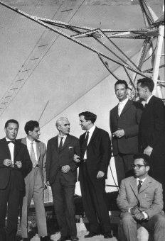 Foto di gruppo (1960) alla Croce del Nord. Da sinistra: G. Setti, G. Sinigaglia, G. Righini, G. Puppi, G. Mannino, M. Ceccarelli e A. Braccesi. Fonte: locandina del convegno