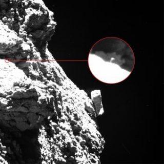 """Una """"zampetta"""" di Philae s'intravede appena in questa immagine ripresa da Rosetta il 30 agosto 2016 a 2.5 km di distanza dalla cometa 67P. Crediti: ESA/Rosetta/MPS for OSIRIS Team MPS/UPD/LAM/IAA/SSO/INTA/UPM/DASP/IDA"""