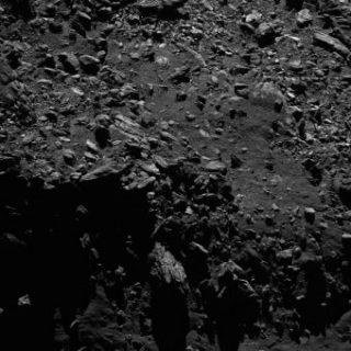 La camera Osiris a bordo di Rosetta ha catturato questa immagine della cometa 67P il 2 settembre 2016 da una distanza di appena 2.1 km, ottenendo una risoluzione di 4 cm/pixel al centro dell'immagine. Crediti: ESA/Rosetta/MPS for OSIRIS Team MPS/UPD/LAM/IAA/SSO/INTA/UPM/DASP/IDA