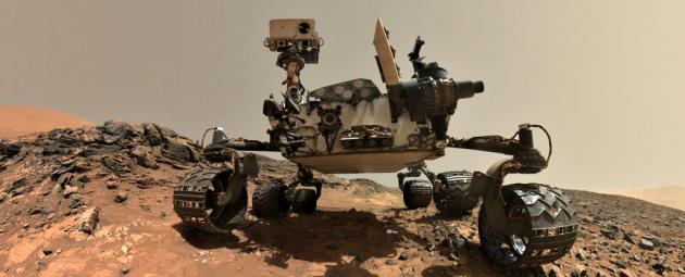 Le analisi di Curiosity sui campioni di materiale estratto dalle perforazioni e sui campioni di atmosfera confermano l'esistenza di quantità significative di materiale organico. Resta però da capire com'è stato prodotto. Nella foto: un selfie di Curioisty all'interno del cratere Gale... come fa il rover a farsi i selfie?|Nasa