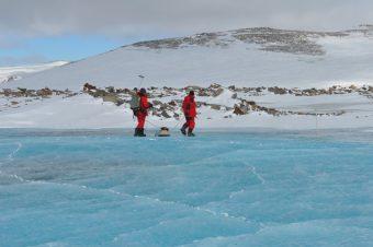 Indagine georadar in un lago perennemente ghiacciato in Antartide. Foto Dalle Fratte © PNRA