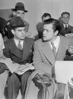 Orson Welles mentre dichiara ai giornalisti che nessuno collegato alla trasmissione radiofonica aveva idea che lo spettacolo avrebbe provocato il panico. Crediti: Wikimedia Commons