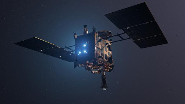 La sonda Hayabusa 2 è giunta a destinazione, e si prepara a far atterrare su Ryugu un team di esploratori robotici.|JAXA