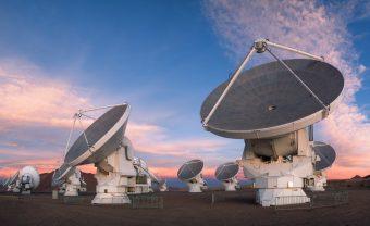 Alcune delle 66 antenne del telescopio Alma, ciascuna equipaggiata con una varietà di ricevitori che consentono di osservare il cosmo in un vasto intervallo di lunghezze d'onda nelle bande millimetriche e submillimetriche. Crediti: P. Horálek/Eso