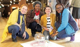 """Sara Ricciardi (terza da sinistra) con tre partecipanti al Cap 2018 di Fukuoka attorno a una """"scribbling machine"""" (una macchina per scarabocchiare) realizzata durante il workshop. Fonte: Nature Astronomy, vol. 2, July 2018. Crediti: CAP2018 Local Organizing Committee"""