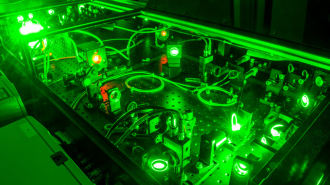 Uno dei laser presso l'Extreme Light Laboratory dell'Università del Nebraska-Lincoln, dove un esperimento ha recentemente accelerato gli elettroni, portandoli ad avvicinanarsi alla velocità della luce. Crediti: University of Nebraska-Lincoln