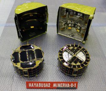 I due piccoli rover trasportati dalla microsonda Minerva-II1. Rover-1A è quello a sinistra, Rover-1B quello a destra. In secondo piano, la capsula che li ospitava. Crediti: Jaxa