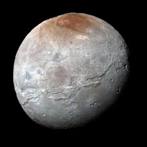 Plutone ha ben 5 satelliti. Il più grande di questi, Caronte (in foto), si sarebbe formato a causa di un impatto di Plutone proprio con uno dei tanti oggetti nella sua zona orbitale. | Nasa