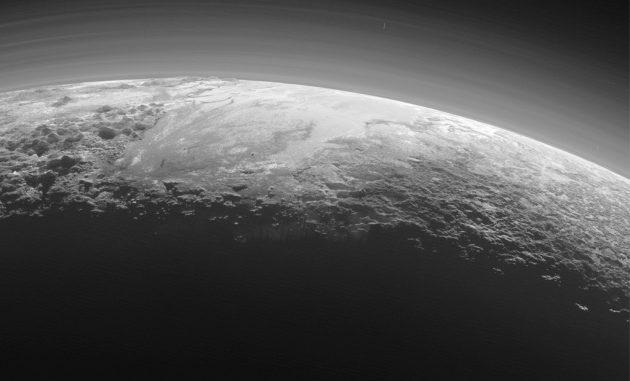 Plutone ha montagne e persino un'atmosfera, eppure non è considerato un pianeta: apri l'immagine a grandezza intera.|Nasa