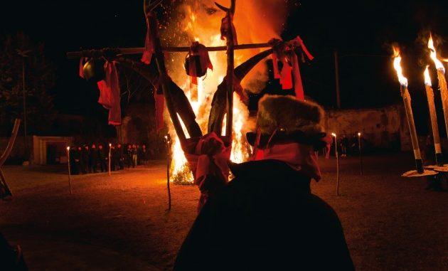 Il rogo folkloristico della Giubiana a Canzo (Co): l'ultimo giovedì di gennaio, si brucia il pupazzo di una vecchia. Nella tradizione, una strega alta e magra che mangiava i bambini.
