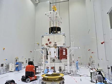"""Lo """"stack"""" del veicolo spaziale BepiColombo è completo. Il Mercury Transfer Module dell'ESA si trova nella parte inferiore, con i suoi due pannelli solari lunghi 15 m ripiegati per il lancio. In mezzo c'è il Mercury Planetary Orbiter dell'ESA, in cima il Mercury Magnetospheric Orbiter della JAXA (Credit: Copyright ESA–B.Guillaume)"""