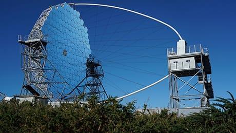 Un prototipo di telescopio per la rilevazione della radiazione Cherenkov in costruzione sull'isola La Palma, alle Canarie. (Cortesia Iván Jiménez, IAC)
