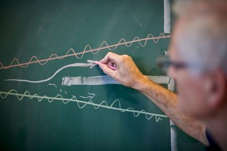 Tomas Bohr spiega l'esperimento della doppia fenditura (Niels Bush/Quanta Magazine)