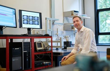 Anders Andersen, collega di Bohr, nel suo laboratorio