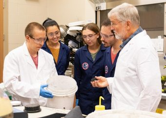 Un team di astrofisici dell'Università della Florida Centrale ha sviluppato un metodo standardizzato su base scientifica per la riproduzione di suolo marziano e asteroidale conosciuti come simulanti. Crediti: University of Central Florida, Karen Norum