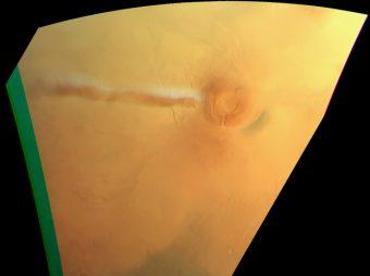 Formazione della nuvola nei pressi dello Arsia Mons ripresa il 21 settembre 2018 dalla High Resolution Stereo Camera a bordo della sonda Esa Mars Express. Si distingue bene l'ombra sulla superficie. Crediti: Esa/Dlr/FU Berlin