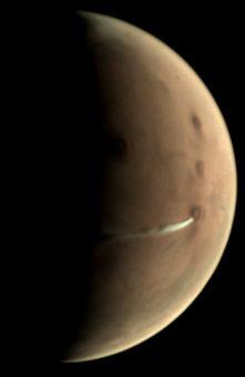 La nube è ben distinguibile in questa immagine scattata il 10 ottobre 2018 dalla Visual Monitoring Camera (Vmc) a bordo di Mars Express. A titolo di paragone, il vulcano conico Arsia Mons vicino a cui è posizionata ha un diametro di circa 250 km. Crediti: Esa/Gcp/ Upv/Ehu Bilbao