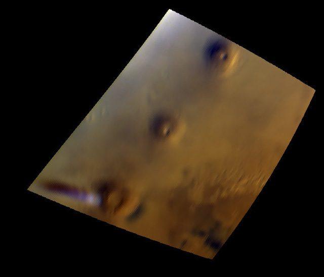 Esce un pennacchio bianco da un vulcano di Marte