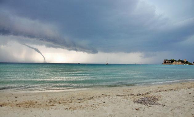 Una tempesta in arrivo e un tornado in avvicinamento verso Halkidiki, la penisola Calcidica, in Grecia. I cambiamenti climatici nella regione del Mediterraneo renderanno questi fenomeni sempre più frequenti.|Neli Georgieva / Shutterstock